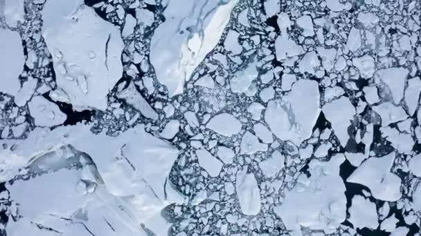 AERIAL: Madárkilátás fehér, kék havas jégtáblák Izland Lake Winter, Snow
