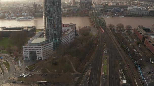 Luftfahrt: Zug überquert Kölner Hohenzollernbrücke an sonnigem Tag mit Dunst am Himmel
