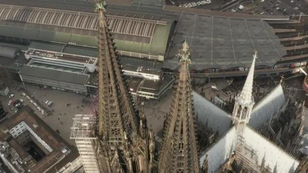 AERIAL: Nahaufnahme über dem Kölner Dom braune Türme im schönen Sonnenlicht
