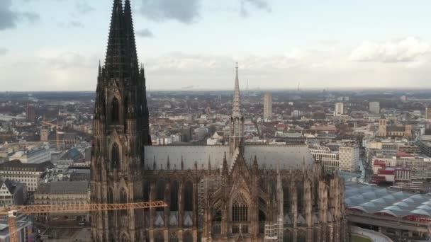 AERIAL: Skyline des Kölner Doms bei schönem Sonnenschein