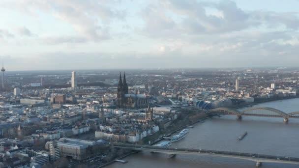AERIAL: Weitwinkelaufnahme von Köln aus der Luft mit majestätischem Dom an sonnigem Tag