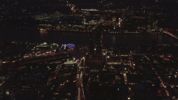 AERIAL: Krásný široký záběr přes Kolín nad Rýnem Německo v noci s městskými světly