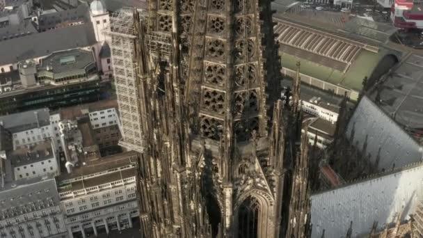AERIAL: Großaufnahme rund um den Kölner Dom: braune Türme im schönen Sonnenlicht
