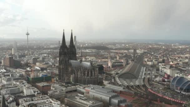 AERIAL: Rund um den schönen Kölner Dom mit Hauptbahnhof im nebligen Sonnenlicht