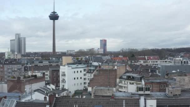 AERIAL: Nízký záběr nad Německem Město Kolín nad Rýnem s výhledem na televizní věž na oblačný den