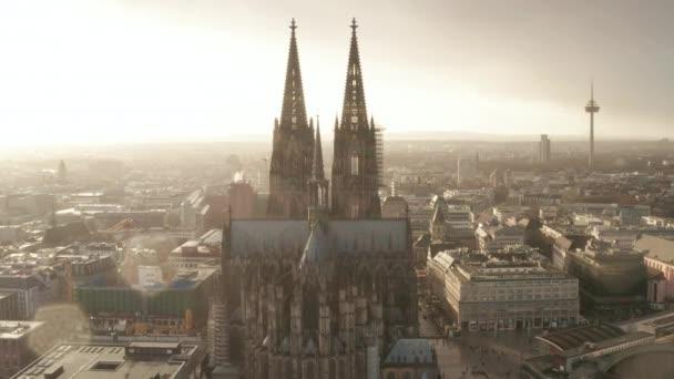 AERIAL: Bei nebligem Sonnenschein und Regen in Richtung Kölner Dom und Fernsehturm