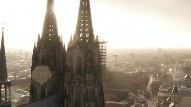 AERIAL: Großaufnahme rund um den Kölner Dom bei nebligem Sonnenschein und Regen