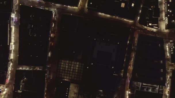 AERIAL: Langsamer Überkopfschuss der Stadt bei Nacht mit Licht und Verkehr, Köln