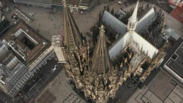 AERIAL: Blick über den Kölner Dom bei schönem Sonnenlicht
