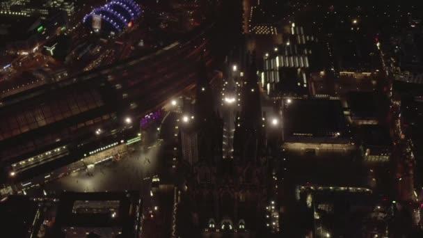 AERIAL: Schöne Nachtaufnahme des Kölner Doms mit Stadtbeleuchtung