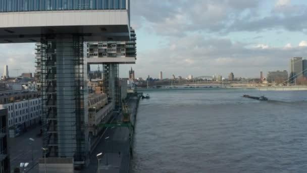 AERIAL: Kolín nad Rýnem Futuristický Kranhaus, apartmány Crane House, kancelářské budovy v krásném slunečním světle s odrazy