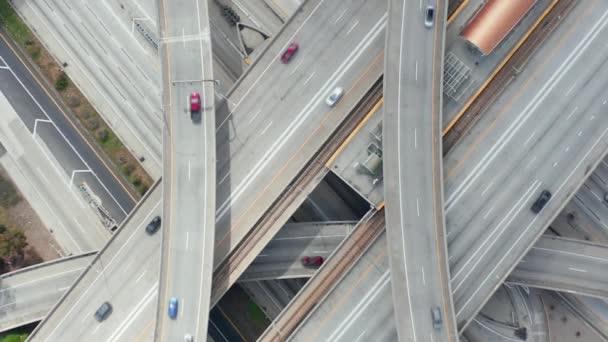 AERIAL: Velkolepý režijní záběr stoupá nad soudce Pregerson Highway ukazuje více silnic, mostů, viaduktů s malým automobilovým provozem v Los Angeles, Kalifornie na krásný slunečný den