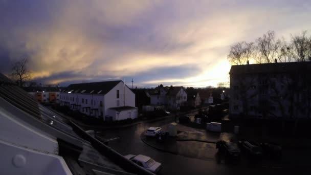 TIME LAPSE: Západ slunce nad sousedstvím ve Frankfurtu nad Mohanem, Německo