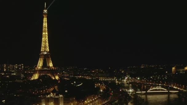 AERIAL: Pohled na Seine River v noci v Paříži, Francie s výhledem na Eiffelovu věž, Tour Eiffel svítí světlo a krásná městská světla
