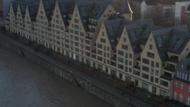 AERIAL: Europäische Häuser am Fluss in Köln Deutschland mit schönem Sonnenlicht