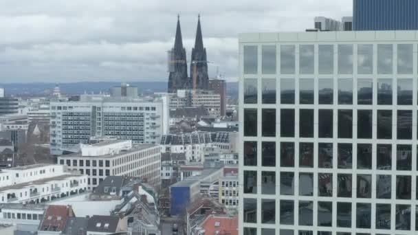 AERIAL: Široký záběr Kolína nad Rýnem Německo ze vzduchu s majestátní katedrálou a kancelářskou budovou v popředí v oblačný den