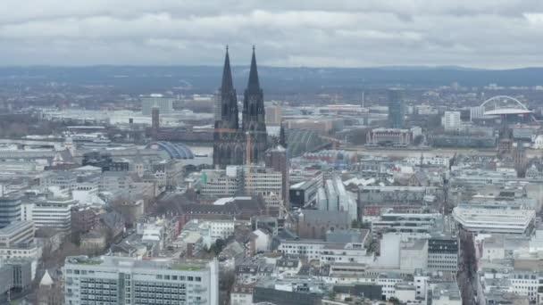 AERIAL: Weitwinkelaufnahme von Köln aus der Luft mit majestätischem Dom an bewölkten Tagen