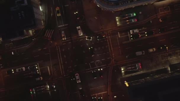 AERIAL: Nachtflug auf große Kreuzung in Köln