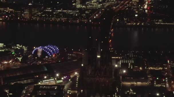 AERIAL: Schöne Weitwinkelaufnahme über Köln bei Nacht mit Stadtbeleuchtung