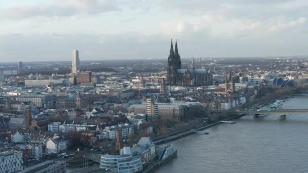 AERIAL: Široký záběr Kolína nad Rýnem Německo a řeka Rýn ze vzduchu s majestátní katedrálou za slunečného dne