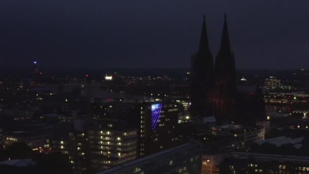 AERIAL: Weitwinkelaufnahme von Köln aus der Luft mit majestätischem Dom bei Nacht