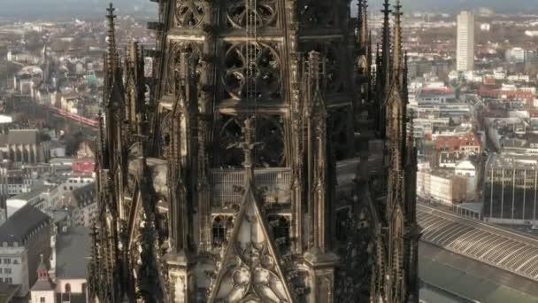 AERIAL: Super-Detailaufnahme der braunen Türme des Kölner Doms im schönen Sonnenlicht