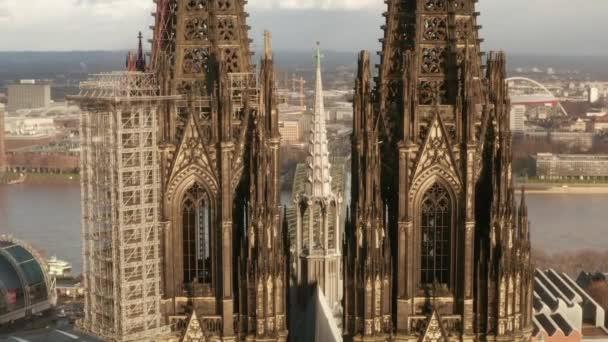 AERIAL: Nahaufnahme des Kölner Doms zwei braune Türme im schönen Sonnenlicht