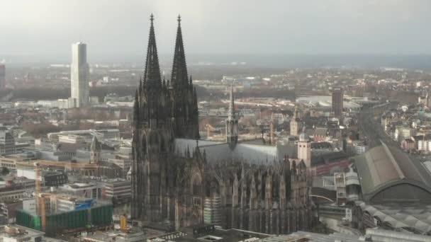 AERIAL: Zum schönen Kölner Dom mit Hauptbahnhof im nebligen Sonnenlicht