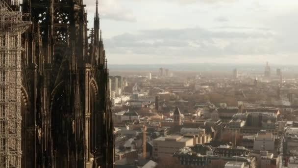 AERIAL: Großaufnahme im schönen Sonnenlicht um den Kölner Dom