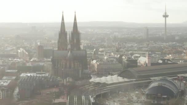 AERIAL: Kolín nad Rýnem Hohenzollern most a pohled na katedrálu v krásném mlhavém slunečním svitu