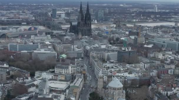 AERIAL: Široký záběr Kolína nad Rýnem Německo ze vzduchu s majestátní katedrálou na oblačný den