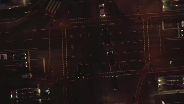 Krásný snímek rušné křižovatky v noci s automobilovou dopravou a městskými světly