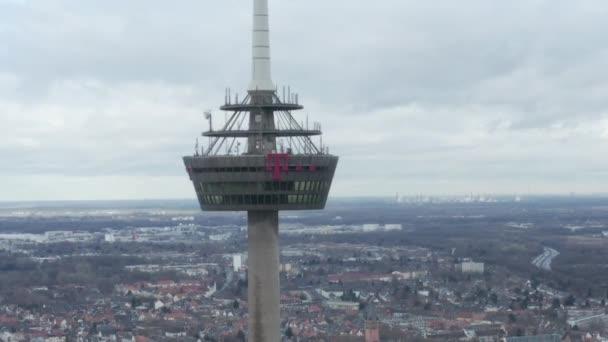 AERIAL: Weitwinkelaufnahme des Kölner Fernsehturms am trüben Tag