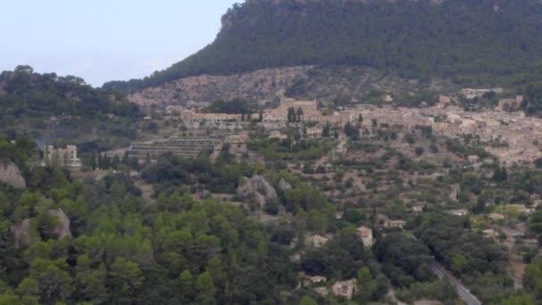 AERIAL: Pohled na Valldemossa na horách v džungli Les na tropickém ostrově Mallorca, Španělsko na slunné den Dovolená, Cestování, Sunny