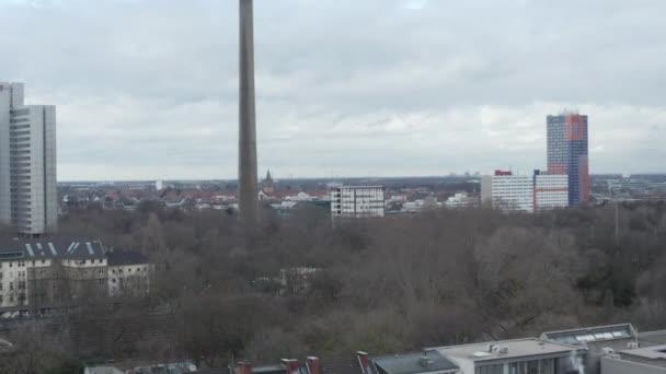 AERIAL: Tiefflug über Köln mit Blick auf Fernsehturm am wolkenverhangenen Tag