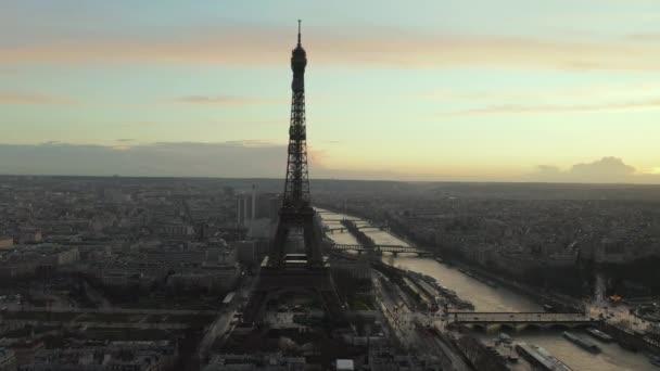 AERIAL: Drone Pomalý kroužení Eiffelova věž, Tour Eiffel v Paříži, Francie s výhledem na řeku Seine v krásném západu slunce