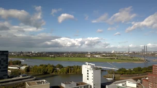 AERIAL: Großer Blick über Düsseldorf mit Fernsehturm an einem schönen Sonnentag mit blauem Himmel