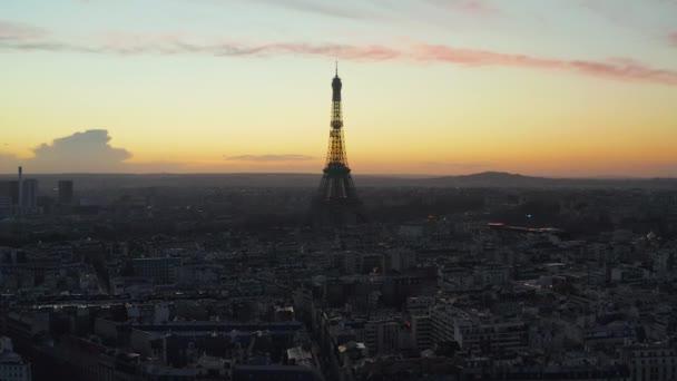 AERIAL: Eiffel-torony, Tour Eiffel Párizsban, Franciaország Drone view with Beautful Sunset Sky