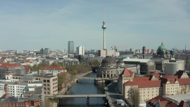 AERIAL: Weitblick auf das leere Berlin mit Spree und Museen und Blick auf den Fernsehturm Alexanderplatz während COVID19 Coronavirus