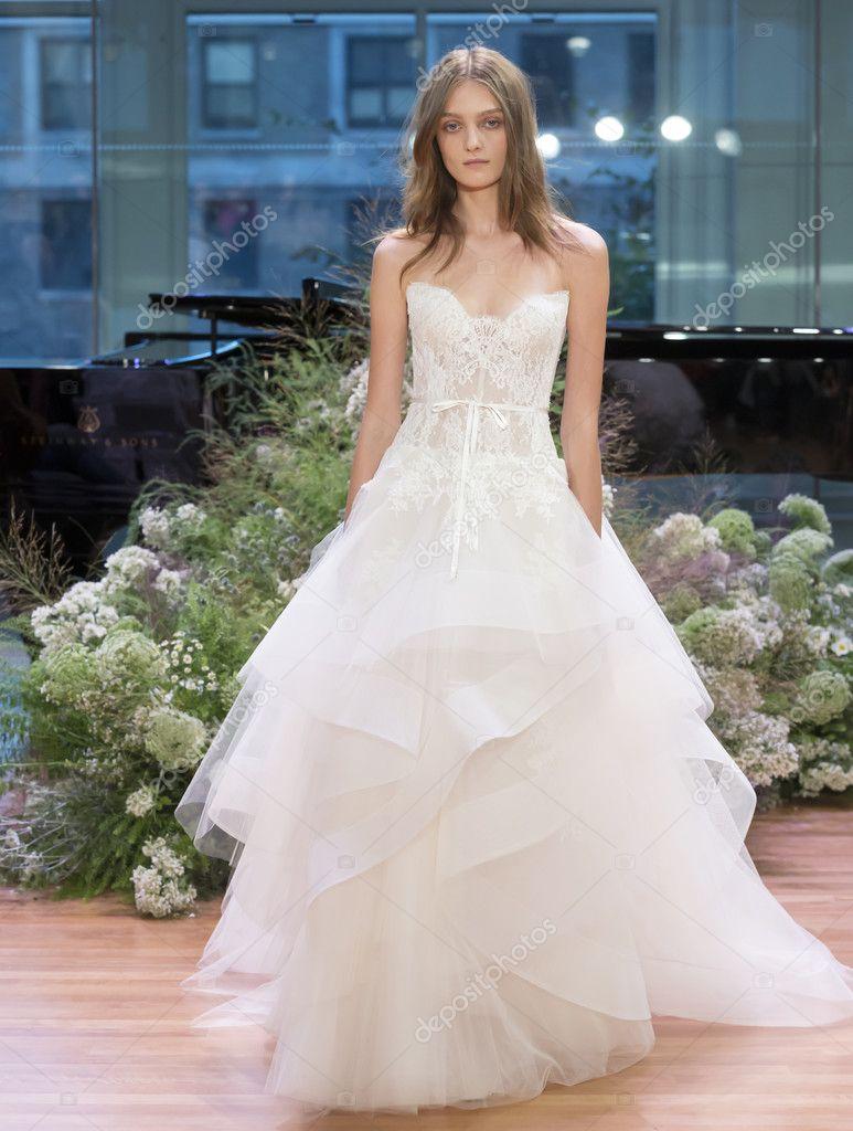 ac0ffdf8bf41 Monique Lhuillier - Fall 2017 Collection - New York Fashion Week–  Fotografia Editoriale Stock