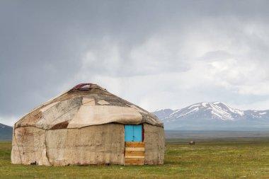 Song Kul - Kırgızistan 'ın Tian Shan Dağları' ndaki yüksek alp gölü