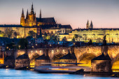 PRAHA, ČESKÁ REPUBLIKA - CIRCA APRIL 2017: Pohled na Karlův most v Praze kolem dubna 2017 v Praze.