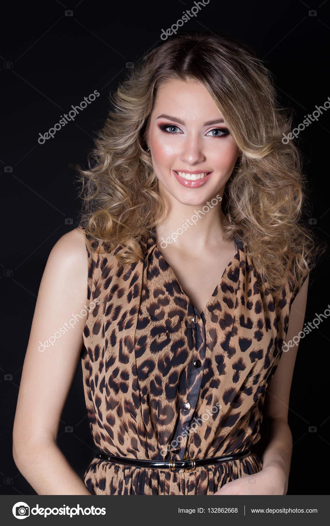 8ed14d391f Hermosa mujer alegre atractiva con maquillaje brillante y peinado de fiesta  en vestido de noche de