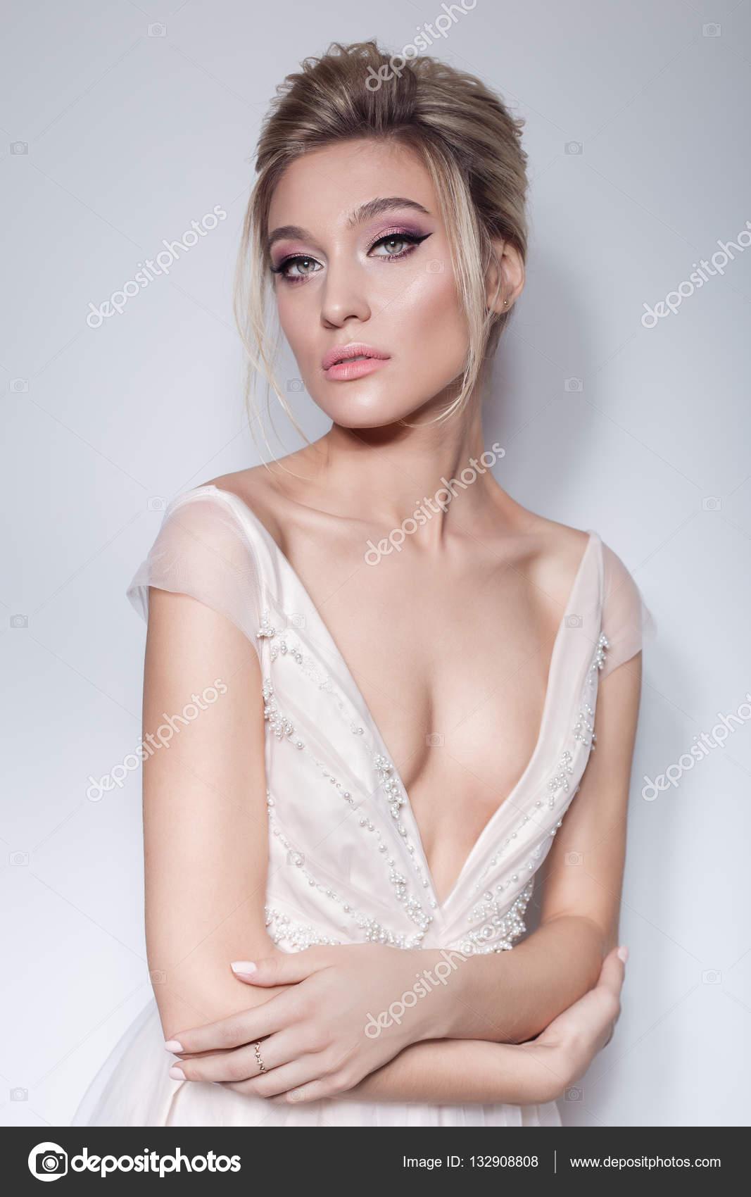 Retrato de una hermosa muchacha delicada en el vestido de novia Rosa ...