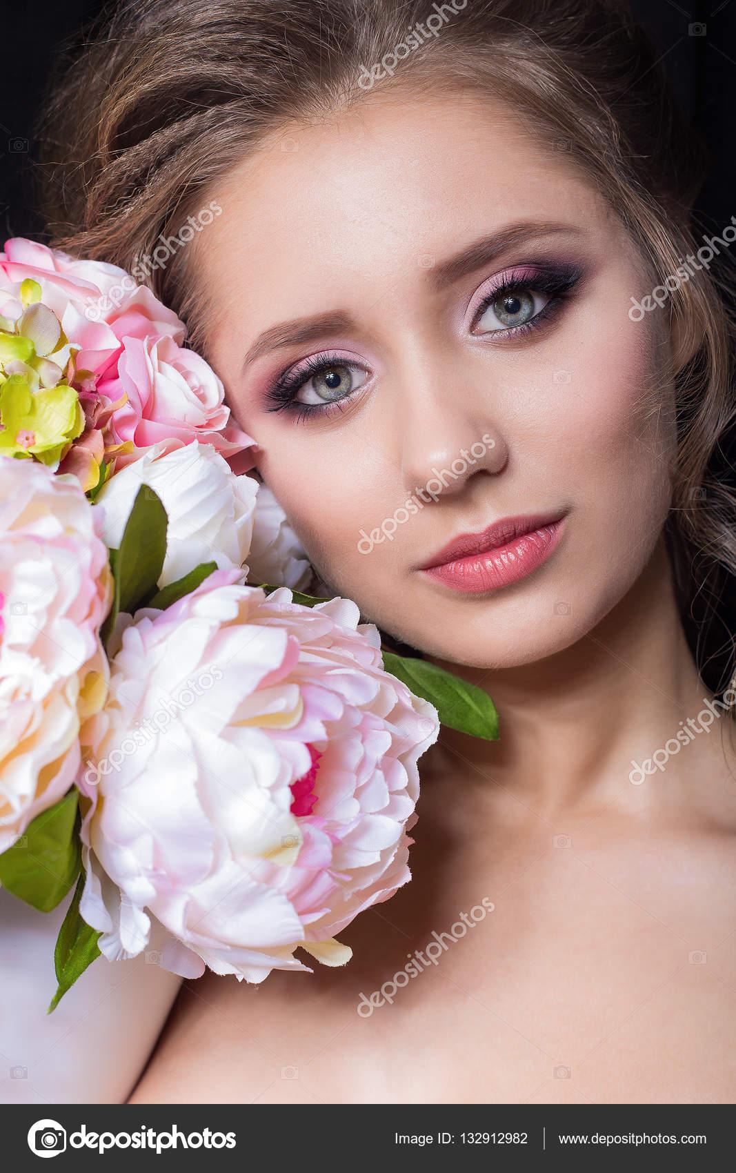 Retrato de una hermosa chica linda con una bella novia con peinado ...