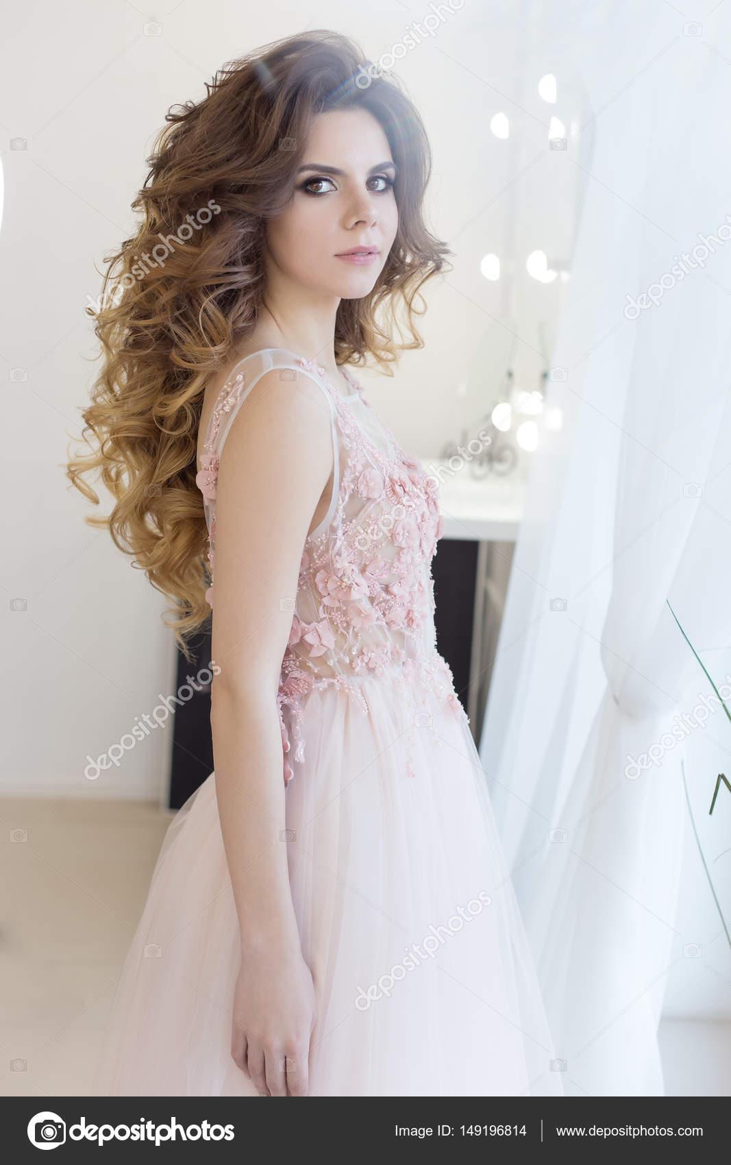 schöne süße Mädchen Braut im Hochzeitskleid mit einem rosa air große ...