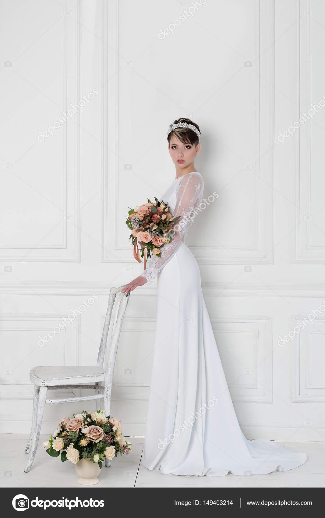 Schöne zarte elegante junge Mädchen Braut im Hochzeitskleid mit ...