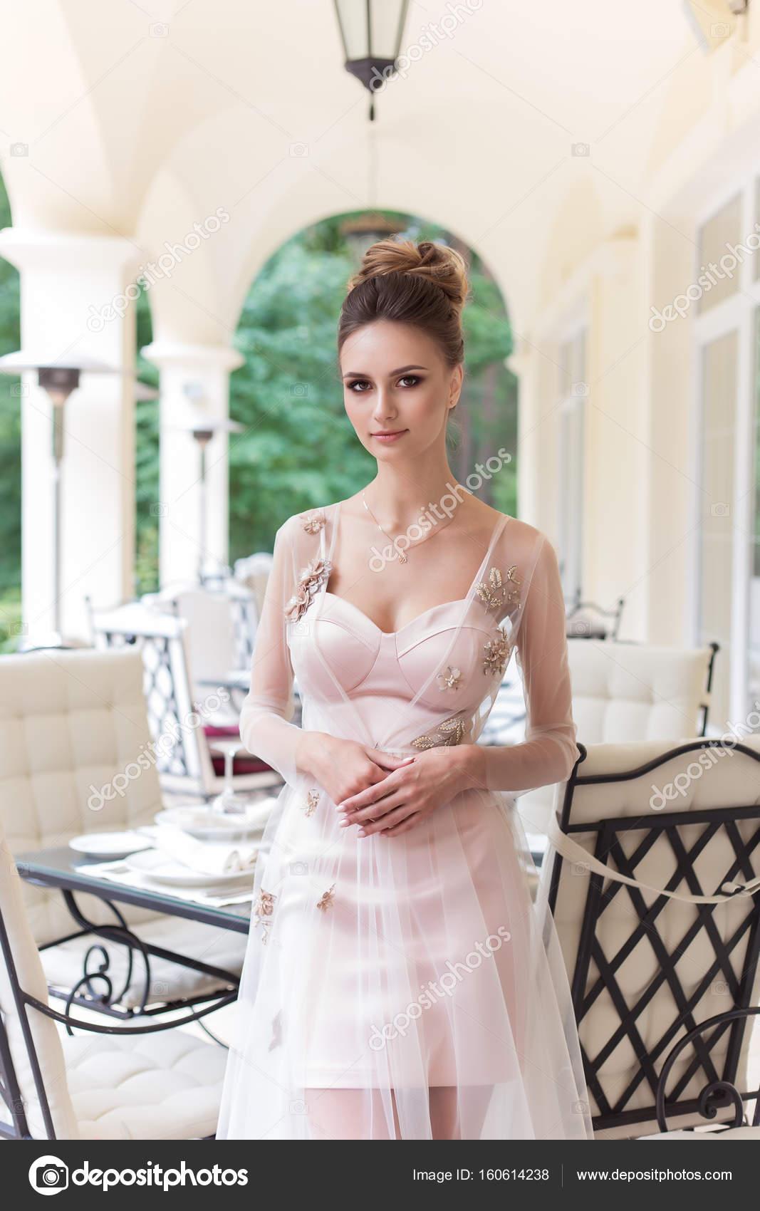 Schone Elegante Madchen Im Abendkleid Mit Schonen Abend Festliche