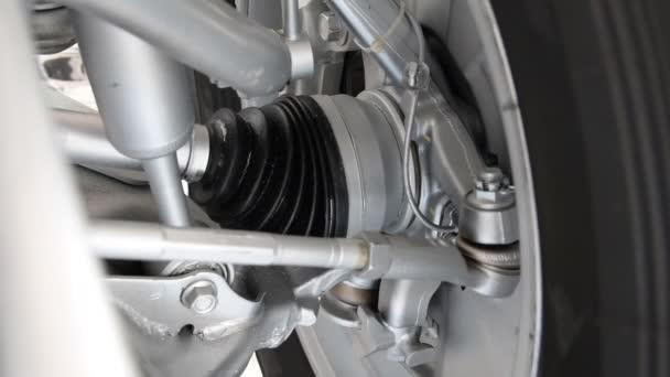 Drehung-Reifen in Bewegung mit Nahaufnahme. Auto-Achse. Auto Motor Nahaufnahme, Teil der Automotor