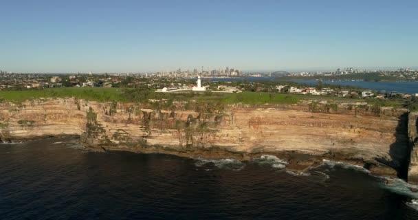 Maják Macquarie na vrcholu pískovcového útesu na South Head u vchodu do přístavu Sydney. Pohled z otevřeného moře.